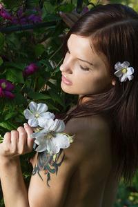 Vikki Mauri Nude In The Garden